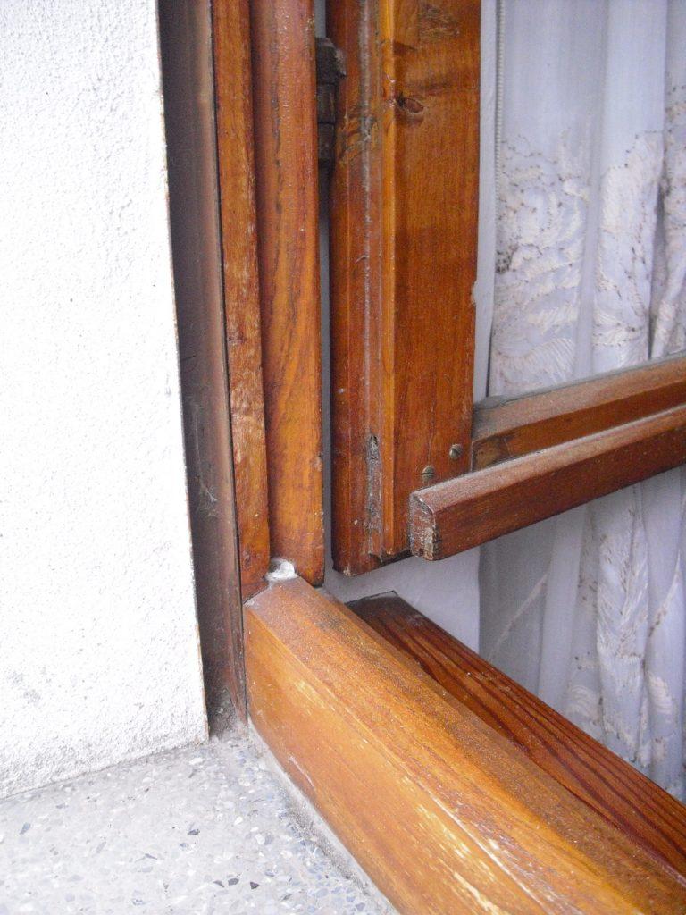 Vecchia guarnizione della finestra